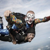 Unos payasos tiran a un hombre desde un avión con motivo de un anuncio | Dropped Heineken